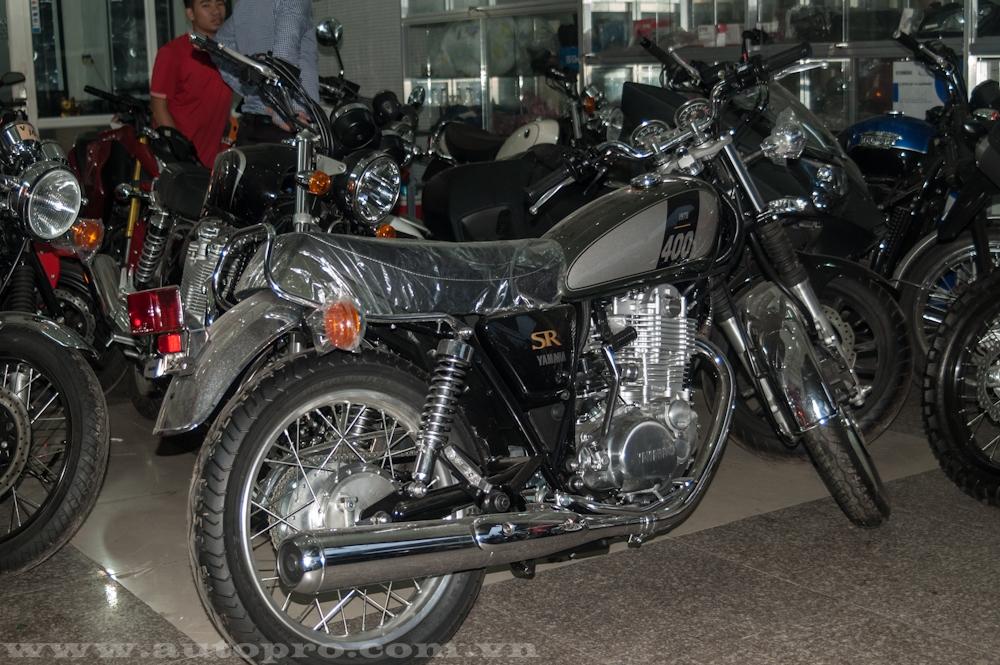 Yamaha SR400 có kích thước tổng thể bao gồm chiều dài 2.085 mm, rộng 750 mm và cao 1.110 mm. Chiều cao của yên tính từ mặt đất vào khoảng 785 mm. Dung tích bình xăng đạt 12 lít.