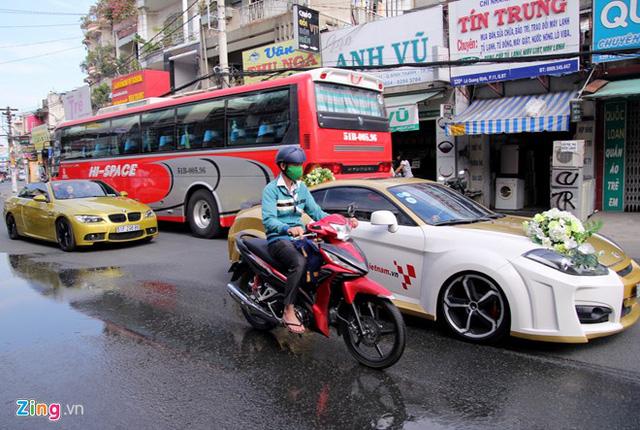 Đoàn xe gây chú ý trên mỗi tuyến phố chạy qua.