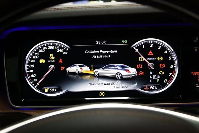 """Đặc biệt, công nghệ phòng ngừa va chạm COLLISION PREVENTION ASSIST PLUS sẽ là trang bị tiêu chuẩn cho hầu hết các mẫu xe mang thương hiệu """"ngôi sao 3 cánh"""" từ tháng 10/2015. Nguy cơ va chạm và tác động đến hành khách được hạn chế tối đa thông qua tính năng cảnh báo khoảng cách an toàn và hỗ trợ phanh khi cần thiết. CPA Plus đánh giá tình trạng giao thông phía trước thông qua dữ liệu thu thập từ hệ thống cảm biến radar. Khi khoảng cách với xe phía trước nhỏ hơn giới hạn an toàn, hệ thống sẽ đưa ra nhắc nhở cho người lái trên bảng đồng hồ. Nếu khoảng cách với xe phía trước tiếp tục bị thu hẹp, một chuỗi âm thanh cảnh báo sẽ được phát ra để cảnh báo người lái. Nếu nhận thấy khả năng va chạm có thể xảy ra, CPA Plus sẽ tự động giảm tốc độ và áp dụng lực phanh nhẹ. Trong trường hợp người lái phanh gấp, hệ thống sẽ kích hoạt tính năng Adaptive Brake Assist với lực phanh lớn nhất và quãng đường phanh ngắn nhất có thể."""
