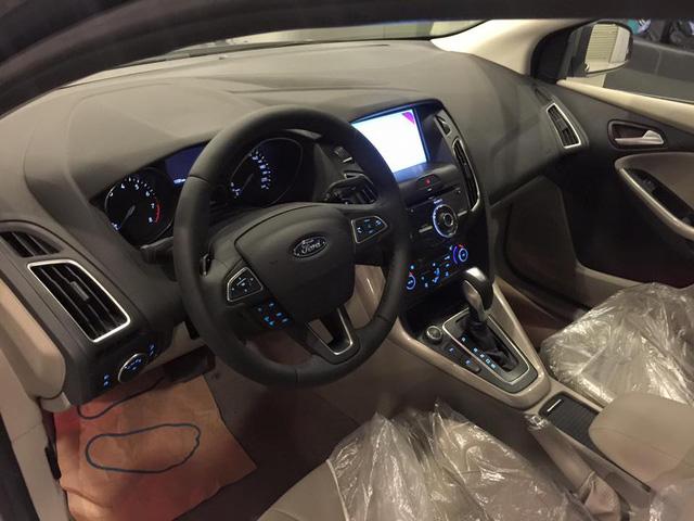 Không gian bên trong Ford Focus Sedan 2016.