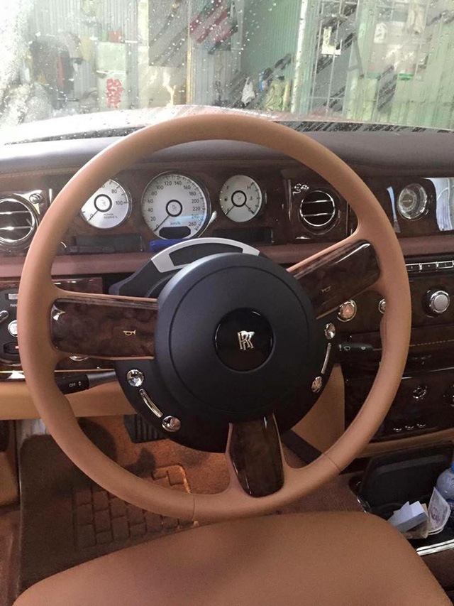Cận cảnh vô lăng của Rolls-Royce Phantom Lửa thiêng. Ảnh: Ngọc Tú Trần/Otofun