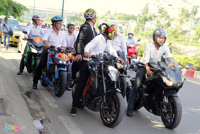 Đoàn rước dâu gồm gần 20 chiếc môtô đủ chủng loại. Cả cô dâu và chú rể đều là những người đam mê môtô nên trong ngày trọng đại có nhiều bạn bè trong nhóm tới tham gia.