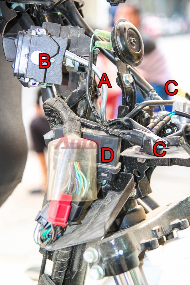 Chi tiết phần vị trí của ổ khóa (B) và IC điều khiển (D) khi tháo vỏ Honda SH 2015.