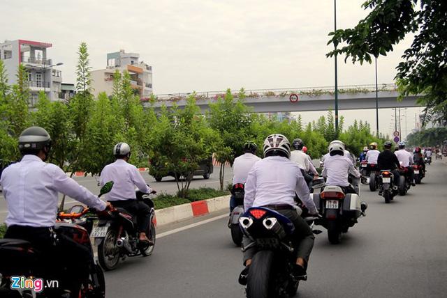 Đoàn rước dâu đi qua đại lộ Phạm Văn Đồng, con đường nội đô đẹp nhất TP HCM.