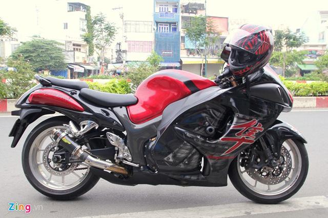 Chim ưng Suzuki Hayabusa của nữ biker Ớt Hiểm được sơn airbrush dàn áo và độ ống pô. Đây là một trong những chiếc môtô dân dụng nhanh nhất trên thế giới.