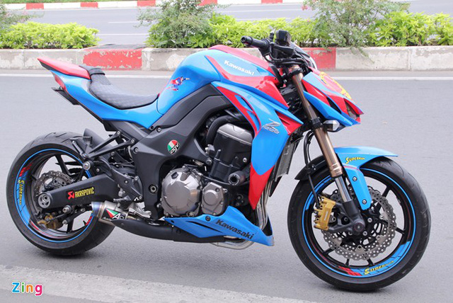 Kawasaki Z1000 độ phong cách siêu nhân với hai tông màu xanh-đỏ chủ đạo.
