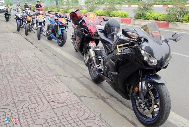 Những chiếcxe thể thao được xếp bên đường. Dẫn đầu là Honda CBR 1000RR được độ dàn áo, pô và gắn vài món đồ chơi.