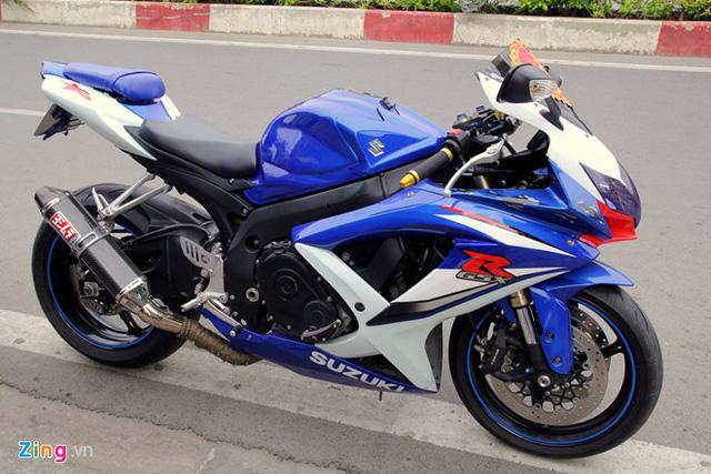 Suzuki GSX-R1000 được xếp vào hàng siêu môtô bởi khối động cơ 1000 phân khối, công suất191 mã lực và mô-men xoắn cực đại 120 Nm.