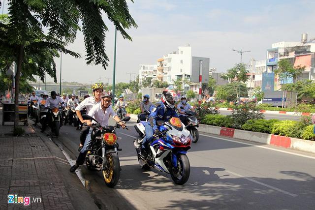 Đứng cạnh Suzuki GSX-R1000 là Ducati Monster, mẫu nakedbike hạng trung của hãng xe Italy.