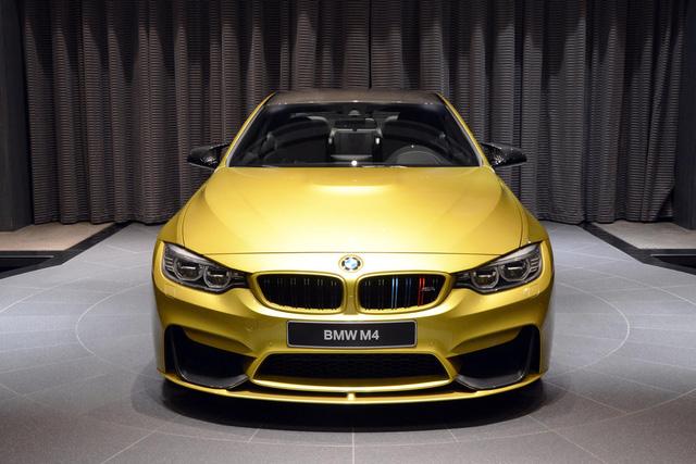 Điểm nhấn chung của những chiếc xe trưng bày tại BMW Abu Dhabi là màu sơn độc đáo. Chiếc BMW M4 màu vàng Austin Yellow cũng không phải là ngoại lệ.