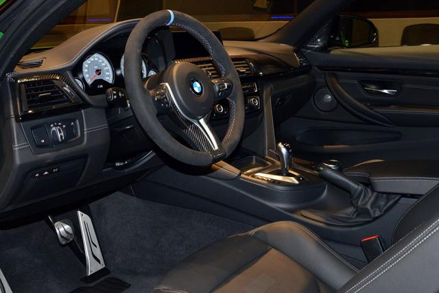 <br /> Hãng BMW chỉ đưa các điểm nhấn bằng sợi carbon và vô lăng M Performance bọc Alcantara vào trong chiếc M4 Coupe màu xanh Java Green.<br />