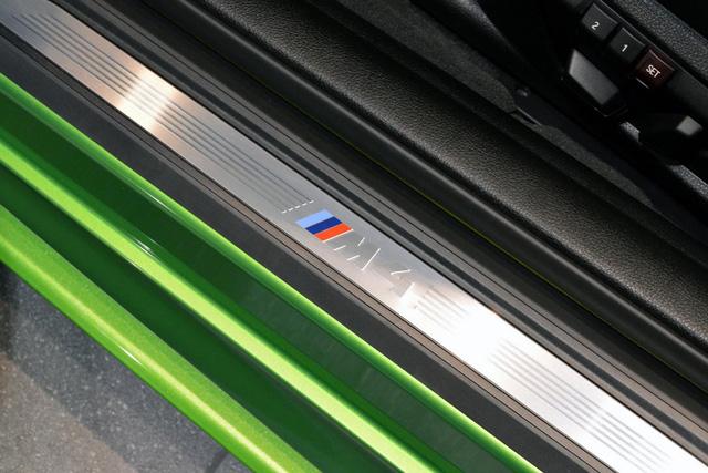 <br /> Bên cạnh đó là chi tiết bằng sợi carbon nằm trong hốc gió trước, bậc cửa lên xuống bên M Performance đồng màu với thân xe...<br />