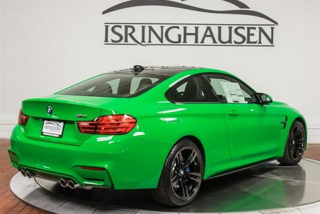 Chưa dừng ở đó, chiếc BMW M4 màu xanh nõn chuối còn có một loạt trang thiết bị khác như hệ thống treo Adaptive M Suspension (1.000 USD) và gói chiếu sáng Lighting Package (1.900 USD). Gói chiếu sáng này bao gồm đèn pha LED toàn bộ.