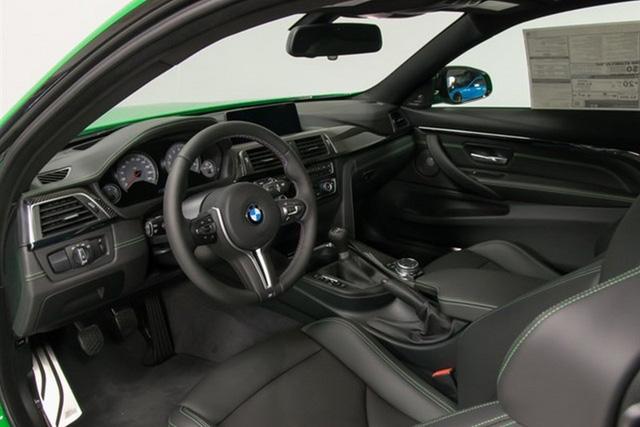 Bên trong chiếc BMW M4 màu xanh nõn chuối có gói phụ kiện Excutive Package trị giá 3.200 USD, bao gồm màn hình hiển thị thông tin trên kính chắn gió, camera chiếu hậu, vô lăng sưởi ấm, tính năng điều chỉnh khoảng cách đỗ xe và bộ rửa chóa đèn pha.