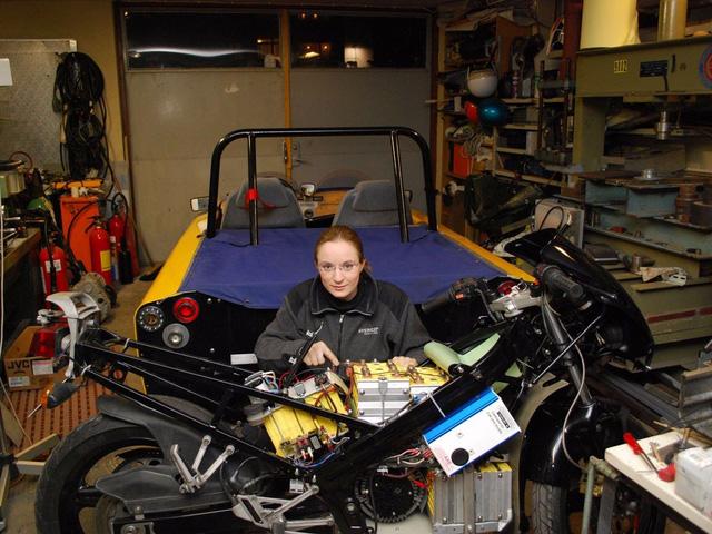 Với sự giúp đỡ của cha, Håkansson từng chế tạo thành công chiếc mô tô điện đầu tiên được phép lưu thông trên đường phố công cộng của Thụy Điển có tên ElectroCat.