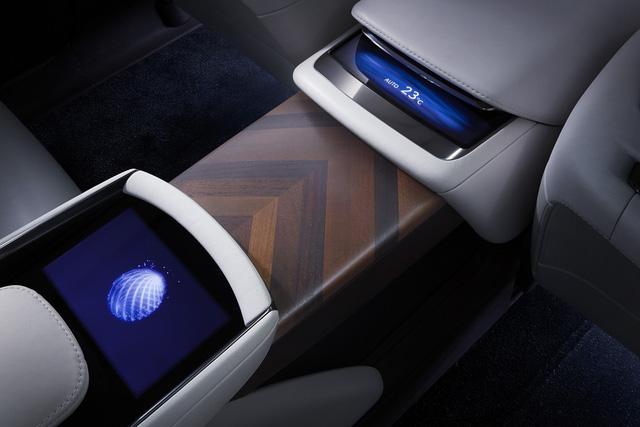 Thêm vào đó là giao diện giao tiếp giữa người và xe với tính năng ra lệnh bằng cử chỉ. Để điều chỉnh hệ thống âm thanh và điều hòa bằng cử chỉ, hãng Lexus đã trang bị một ảnh toàn ký nhỏ trên cụm điều khiển trung tâm.