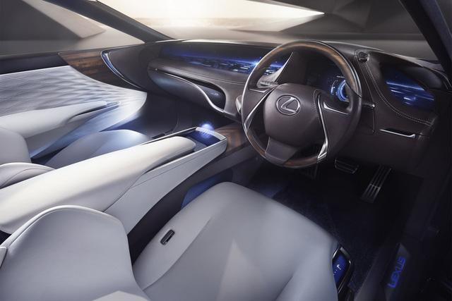 Bên trong Lexus LF-FC là không gian nội thất đậm chất tương lai với hàng loạt màn hình được dùng để thay thế nút bấm thông thường.