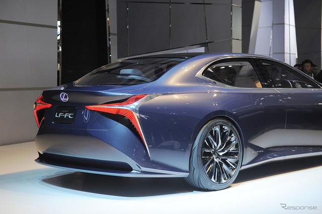 Cụm pin nhiên liệu của Lexus LF-FC nằm ở đằng sau. Trong khi đó, bộ kiểm soát năng lượng nằm trên đầu xe, cộng thêm bình nhiên liệu hyđrô hình chữ T, tạo sự cân bằng về trọng lượng.