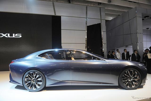 Trần xe dốc về phía sau của Lexus LF-FC tạo cảm giác như xe coupe 4 cửa, giống Porsche Panamera. Mẫu xe concept mới nhất của gia đình Lexus sở hữu chiều dài tổng thể 5.300 mm, rộng 2.000 mm và cao 1.410 mm.