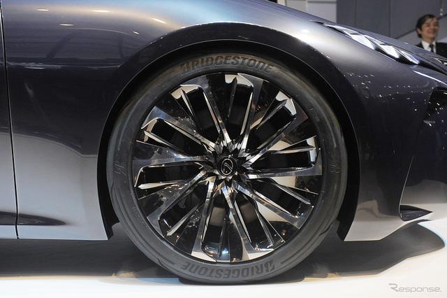 Lexus LF-FC có bộ la-zăng hợp kim 21 inch với vành làm từ nhựa gia cố sợi carbon.