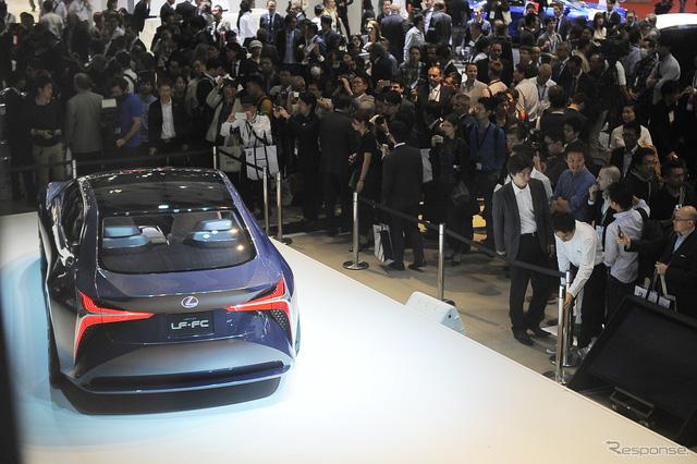 Lexus LF-FC là xe dẫn động 4 bánh nhờ hệ thống pin nhiên liệu công suất cao. Hệ thống sẽ xoay cầu sau và truyền sức mạnh tới cả mô-tơ trong bánh trước. Hiện hãng Lexus chưa công bố thông số hoạt động của LF-FC.