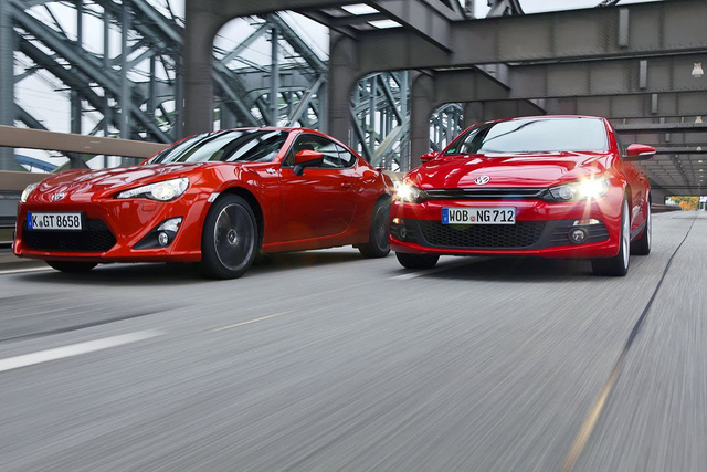 Bê bối gian lận khí thải đã kéo Volkswagen tụt lại phía sau trong cuộc đua giành ngôi vương trong làng ô tô thế giới với Toyota.