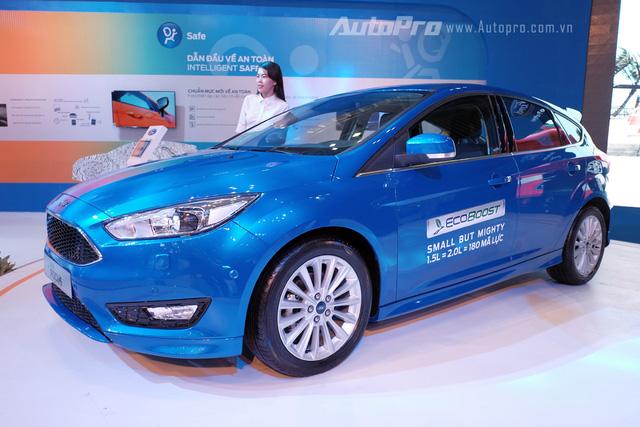 """Về cơ bản, Ford Focus mới không có nhiều khác biệt về mặt ngoại thất so với Focus đời trước. Điểm đầu tiên có thể nhận ra lphần mũi xe mới được cập nhật """"phong cách Aston Martin"""" với lưới tản nhiệt hình lục giác giống như Fusion và Fiesta."""