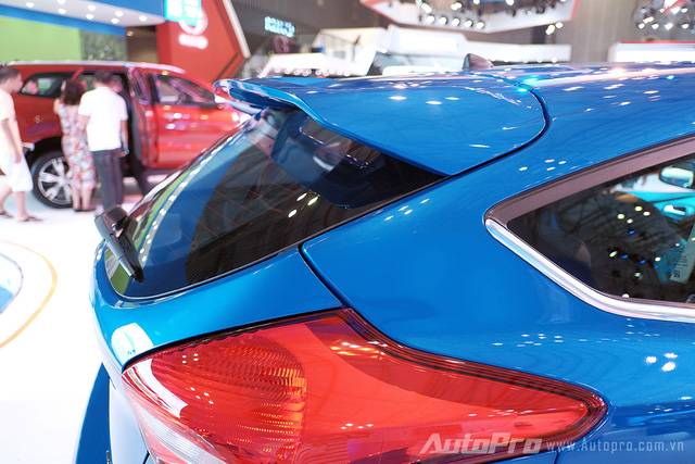 Ford Focus S thuộc phiên bản hatchback được trang bị đuôi gió mang cảm giác thể thao hơn và giúp xe chạy ổn định hơn ở tốc độ cao.