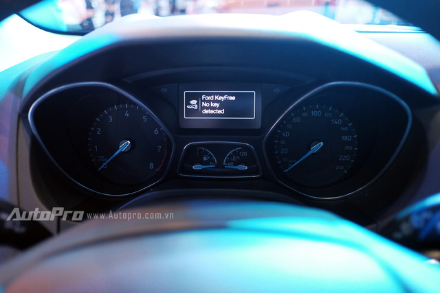 Mặt đồng hồ trung tâm đặc trưng của dòng xe Ford Focus kết hợp cùng một màn hình điện tử hiển thị thông tin.