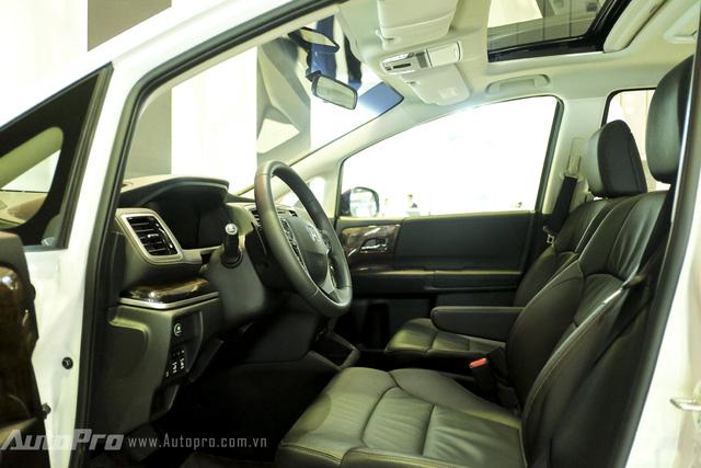 Không gian nội thất của Odyssey rộng rãi và được bọc da tạo cảm giác lịch sự và trang trọng. Bên cạnh đó, một số chi tiết bên trong xe còn được ốp gỗ và mạ crome.