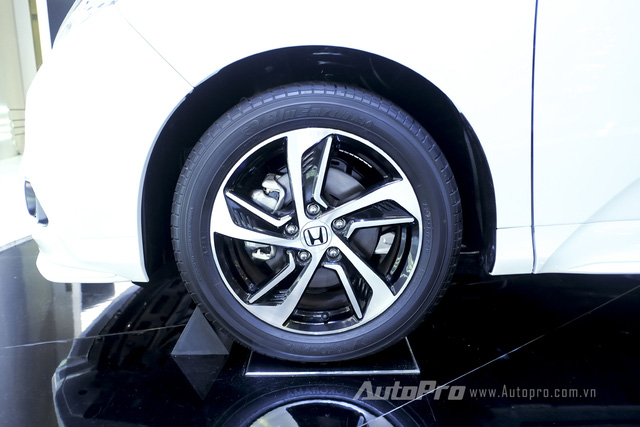 Honda Odyssey được trang bị bộ la-zăng 5 chấu thiết kế khác độc đáo.