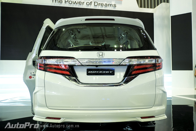 Phần đuôi xe được thiết kế vuông vắn nhưng được kết hợp khéo léo với đèn hậu và đường mạ crome chạy ngang khiến hệ thống đèn xi nhan sa dường như liền một khối.