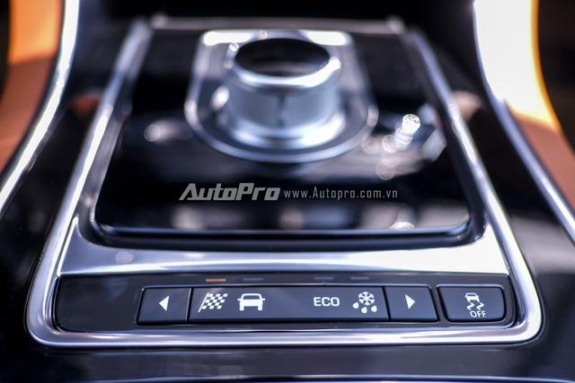 Các nút chuyển chế độ lái của Jaguar XE đặt ngay dưới núm chỉnh hộp số.