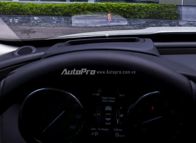 HUD hỗ trợ hiển thị thông tin của xe trên kính lái.