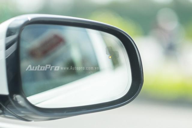 Đèn LED chìm dưới gương sẽ hiện thị thông báo cho người lái xe khi có xe đi bên cạnh Jaguar XE.