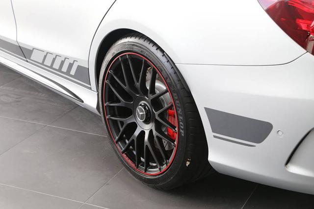 Mercedes-AMG C63 S Edition 1 nổi bật trong bộ áo màu bạc, cùng đường sọc đen chạy dài bên hông xe. Ngoài ra, hàng độc còn được trang bị bộ la-zăng Performance màu đen mờ với viền đỏ nổi bật.