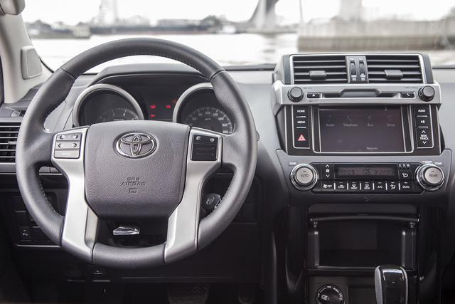 Vô lăng da 4 chấu điều chỉnh 4 hướng tích hợp phím điều khiển hệ thống âm thanh, phím đàm thoại rảnh tay thông qua kết nối Bluetooth và phím kích hoạt hệ thống điều khiển bằng giọng nói.