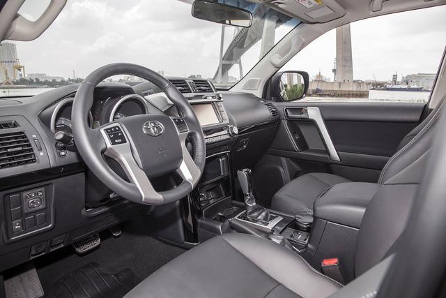 Nội thất xe vẫn giữ vẻ đơn giản thực dụng, với ghế bọc da và ốp trang trí cửa màu đen. Hàng ghế trước được tích hợp tính năng chỉnh điện 10 hướng cho ghế lái, 4 hướng cho ghế hành khách.