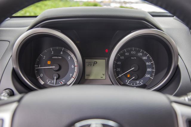 Bảng đồng hồ tích hợp màn hình hiển thị đa thông tin với chế độ ECO cho phép người lái dễ dàng nắm bắt tình trạng vận hành của xe và mức thân thiện với môi trường.
