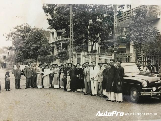 Gia đình hai bên trong đám cưới hoành tráng tại Hà Nội vào năm 1952.