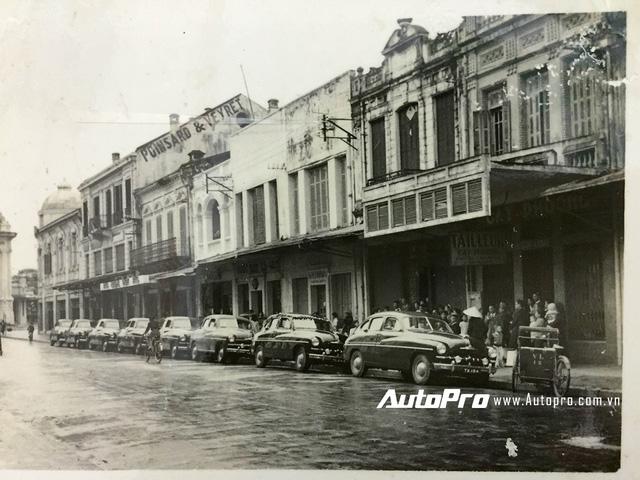 Đoàn xe trên phố Tràng Tiền ngày xưa.