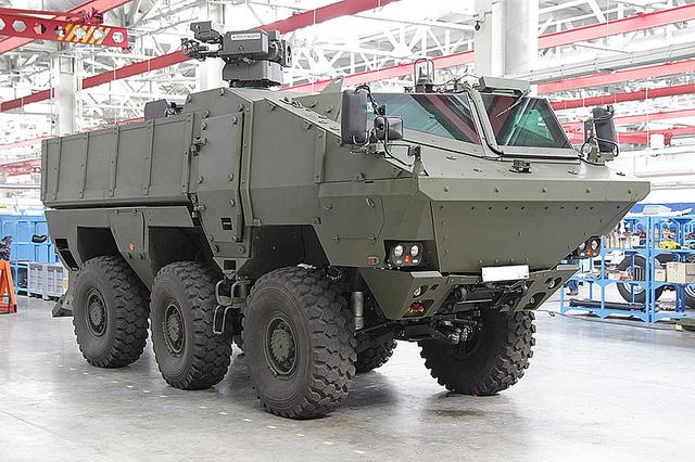 """Một chiếc xe bọc thép chở quân """"Cơn bão"""" Kamaz-63969 Typhoon chuẩn bị được xuất xưởng."""