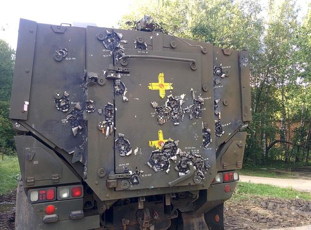 Thân xe chi chít vết đạn nhưng không hề có mảnh nào xuyên thủng hoàn toàn được lớp giáp gốm phức hợp.