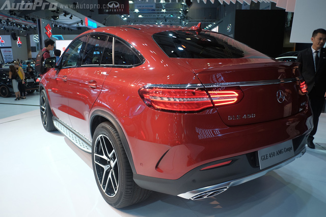 Mui xe trên chiếc GLE Coupe thiết kế dốc về phía sau tương tự những chiếc SUV thể thao.