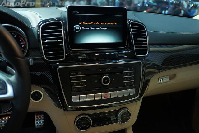 Bảng điều khiển trung tâm nổi bật với màn hình cảm ưng 8 inch, cùng các phím chức năng giải trí được bố trí gọn gàng trong bảng táp lô.