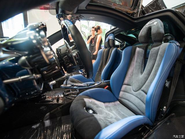 Nội thất xe cùng tông màu xanh - đen với ngoại thất.