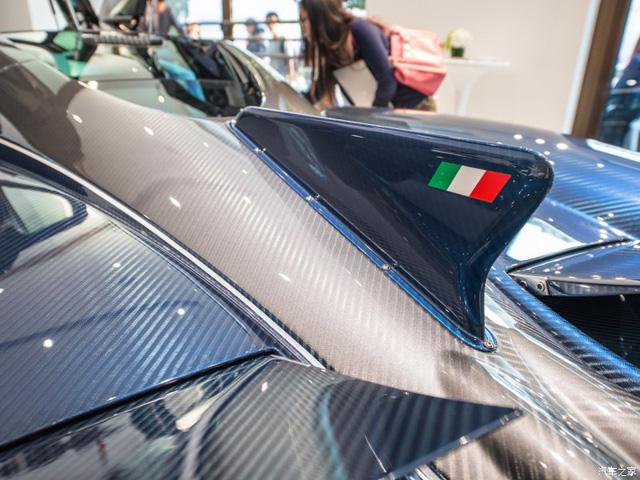 Chiếc vây nổi bật phía sau đuôi xe được trang trí thêm lá cờ Ý.