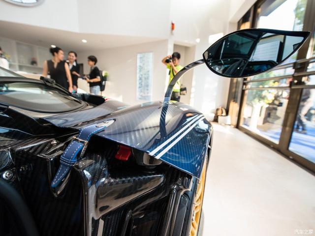 Gương xe hình chiếc lá rất đặc biệt.