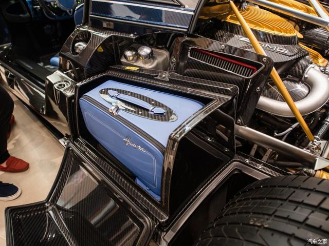 Khối động cơ V12 AMG, được kết hợp 3 màu xanh dương, carbon và vàng bắt mắt.