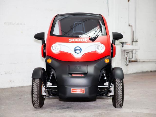 Twizy là chiếc xe điện nhỏ xinh sử dụng ắc quy li-on 6,1 kWh, công suất 13 mã lực, chạy được không quá 96 km cho một lần sạc, với tốc độ tối đa 80 km/h. Đặc biệt, ở Pháp, 14 tuổi bạn đã có thể sử dụng chiếc xe này.